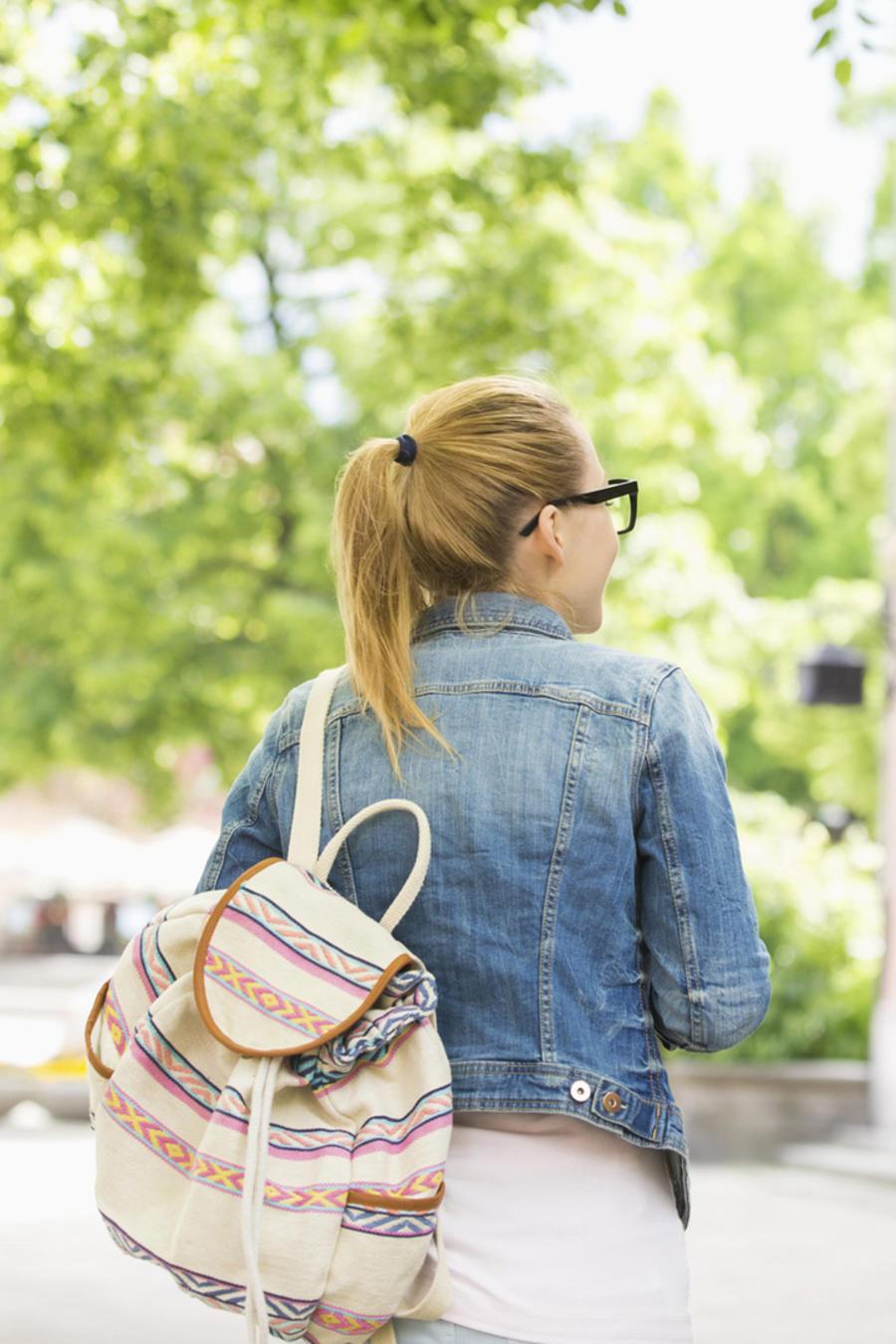 Estudiantes caminando al aire libre