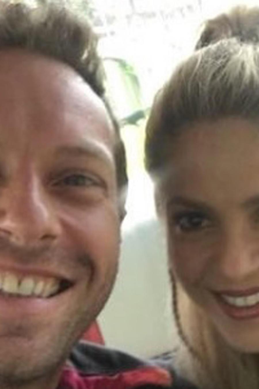 Shakira y Chris Martin tomándose una selfie