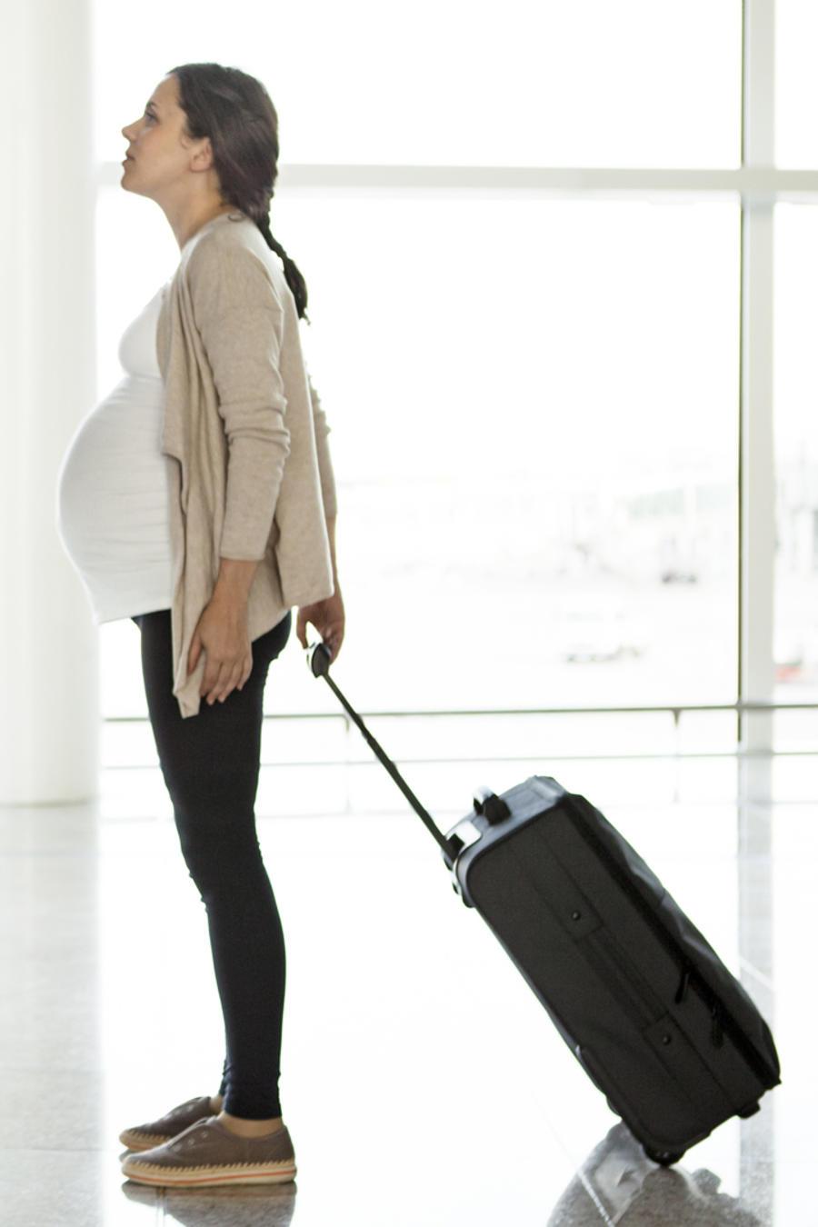 Mujer embarazada en el aeropuerto