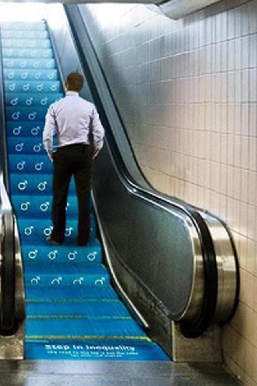Mujer y hombre subiendo escaleras