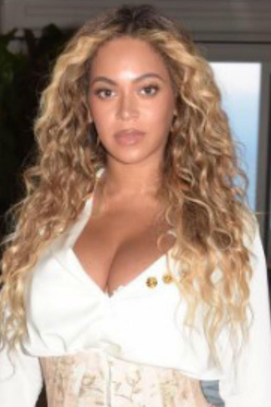 Beyoncé posando en su casa