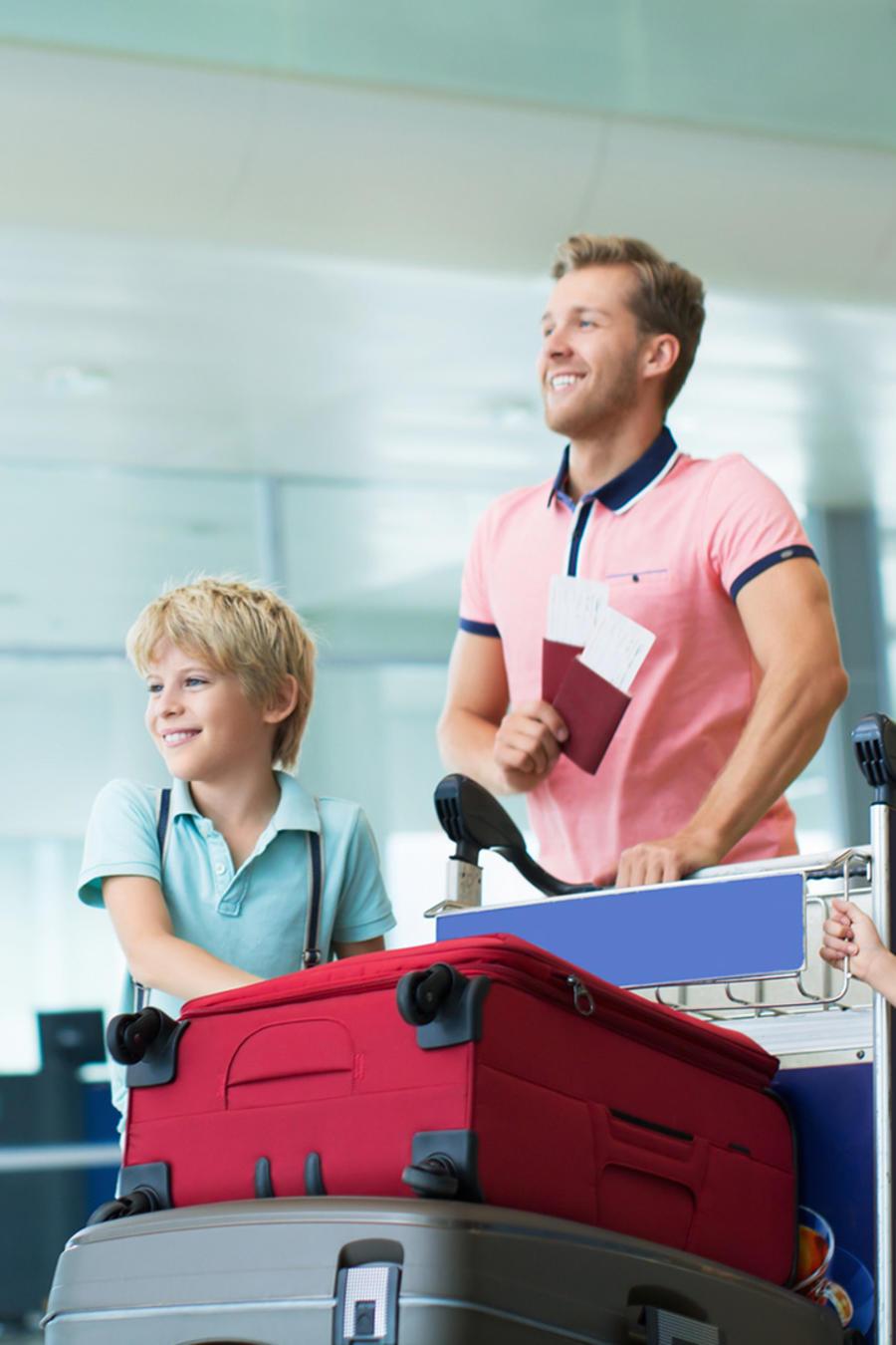Familia con maletas en aeropuerto