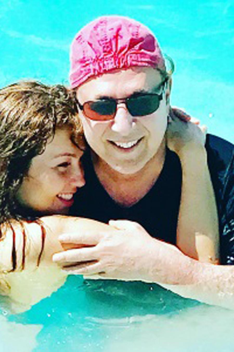 Thalía abrazando a Tommy Mottola