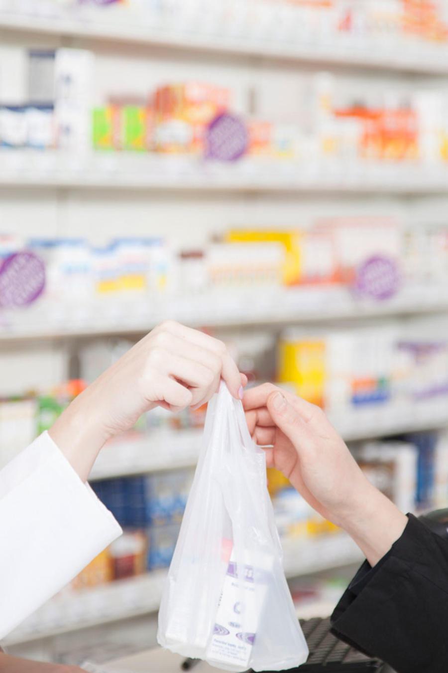 Mujer en farmacia
