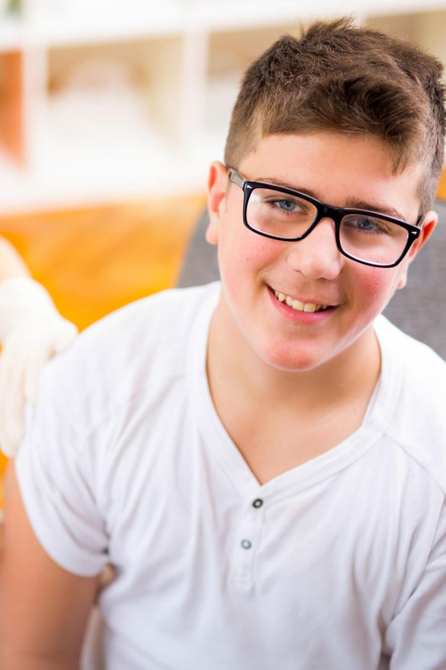 Adolescente siendo vacunado
