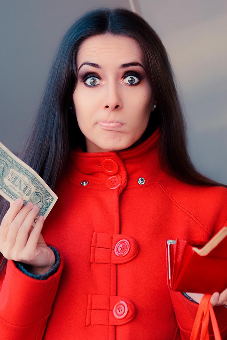 Mujer resignada con dólar en mano