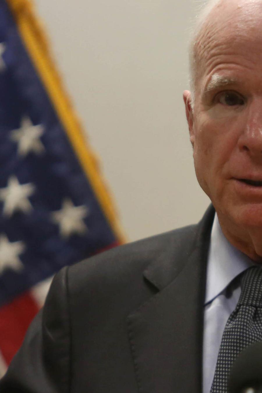 Senador John McCain en conferencia de prensa.