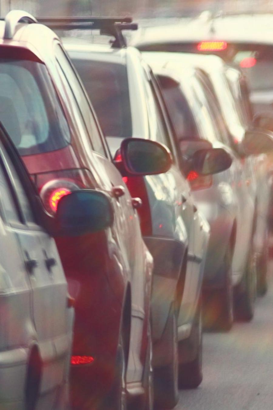 Automóviles atascados en el tráfico
