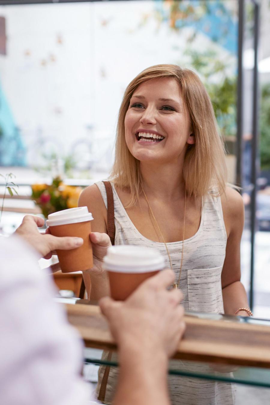 Mujeres reciben café