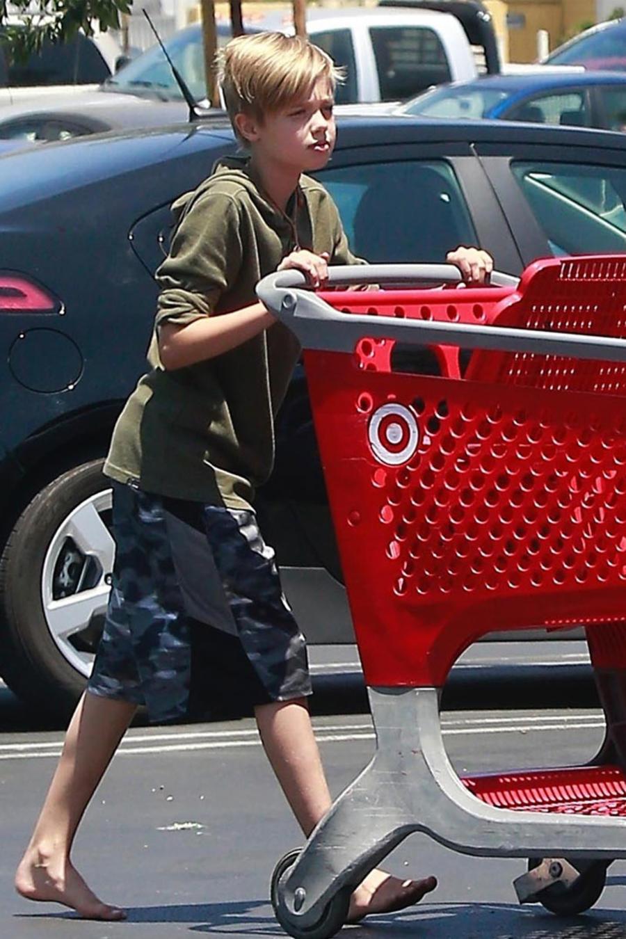 Shiloh Jolie Pitt sin zapatos