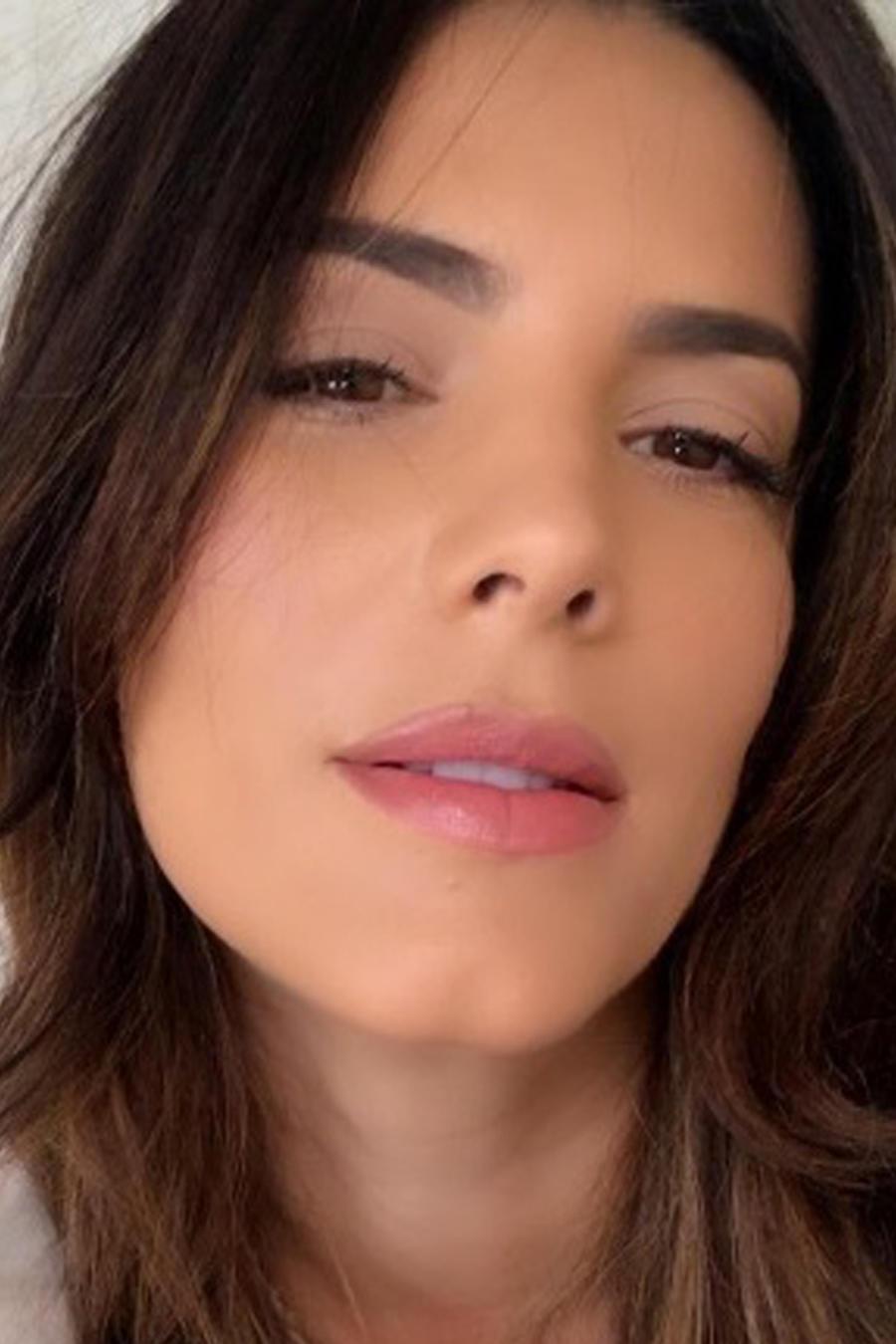 Gaby Espino tomándose una selfie