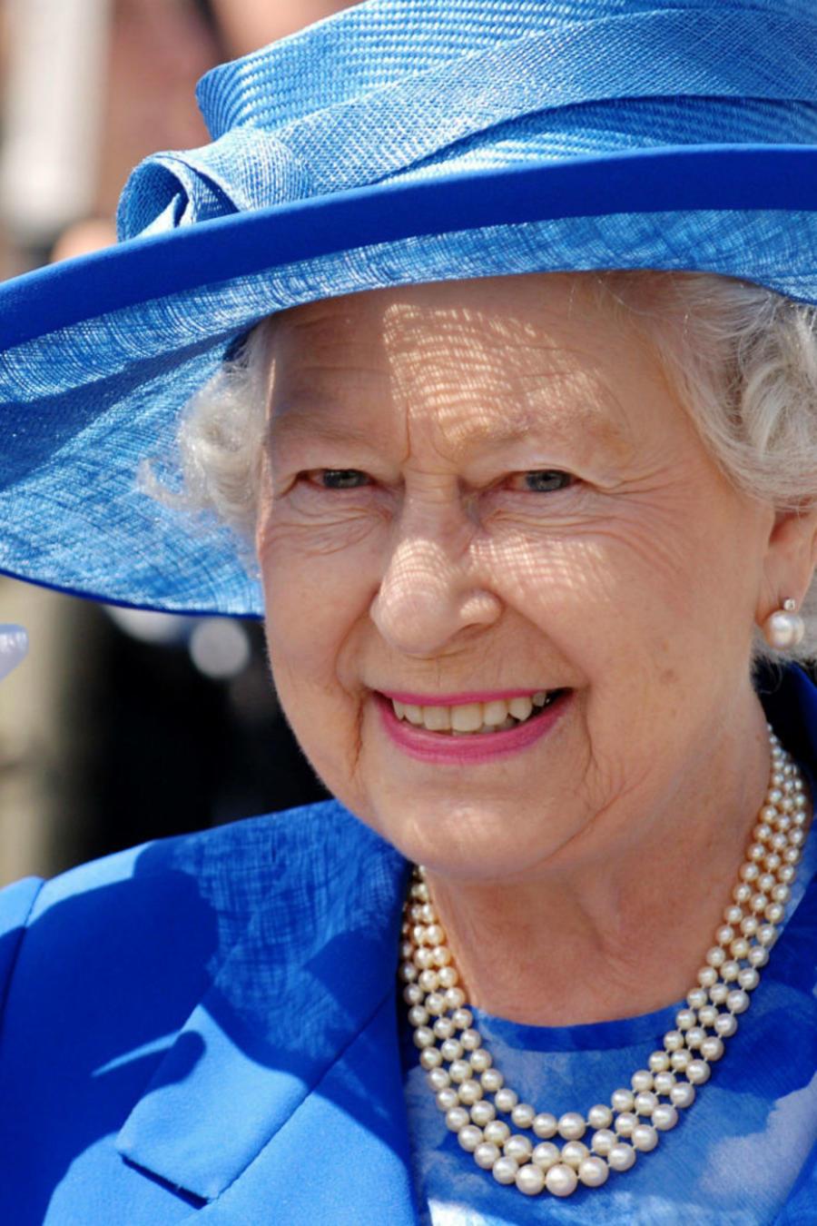 Reina Elizabeth saludando con la mano