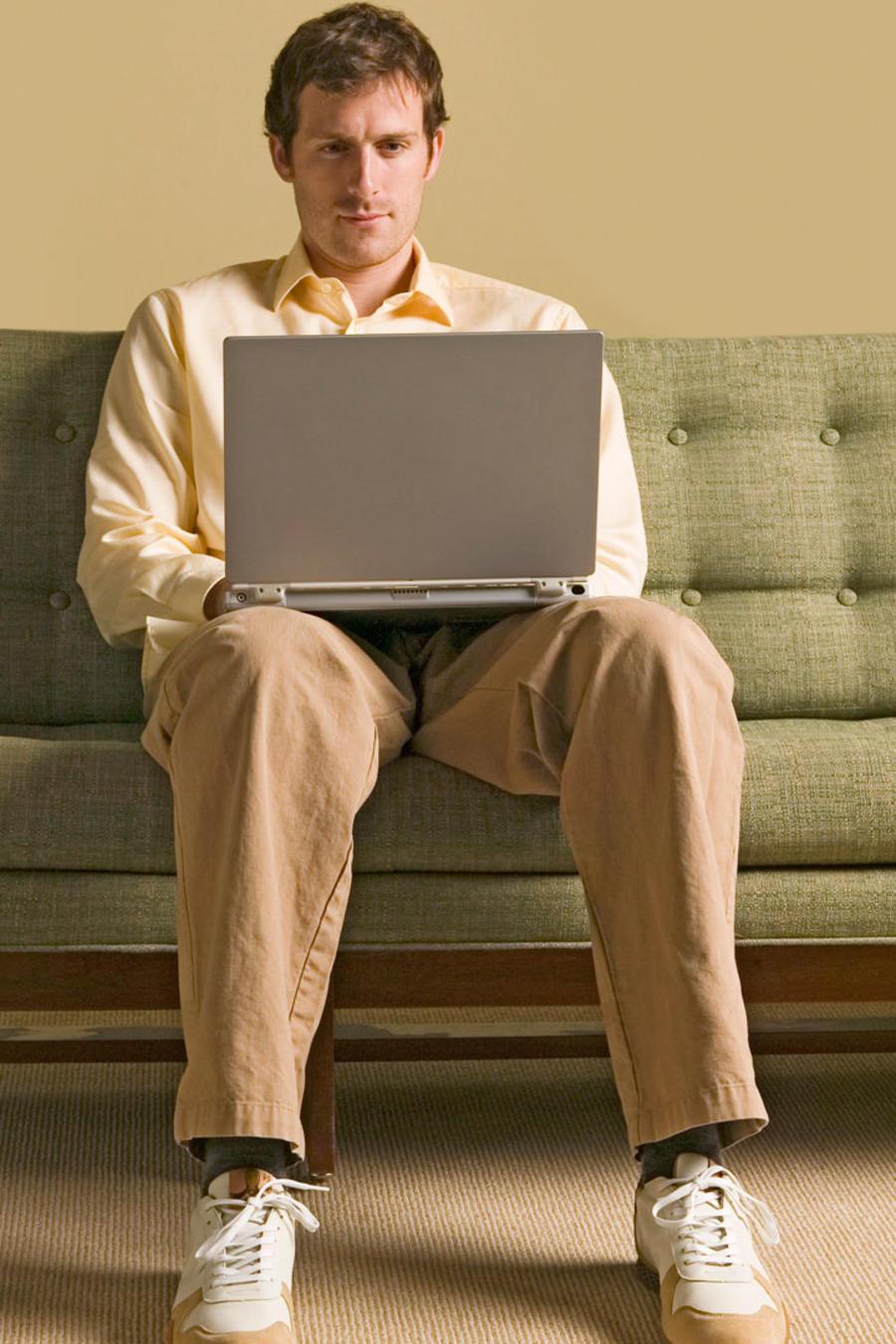 Hombre sentado en un computador