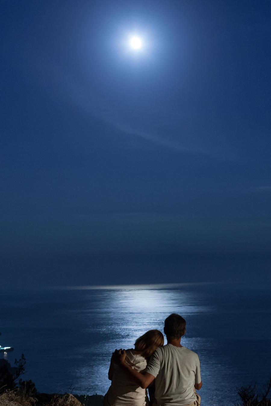 Campamento, pareja y luna