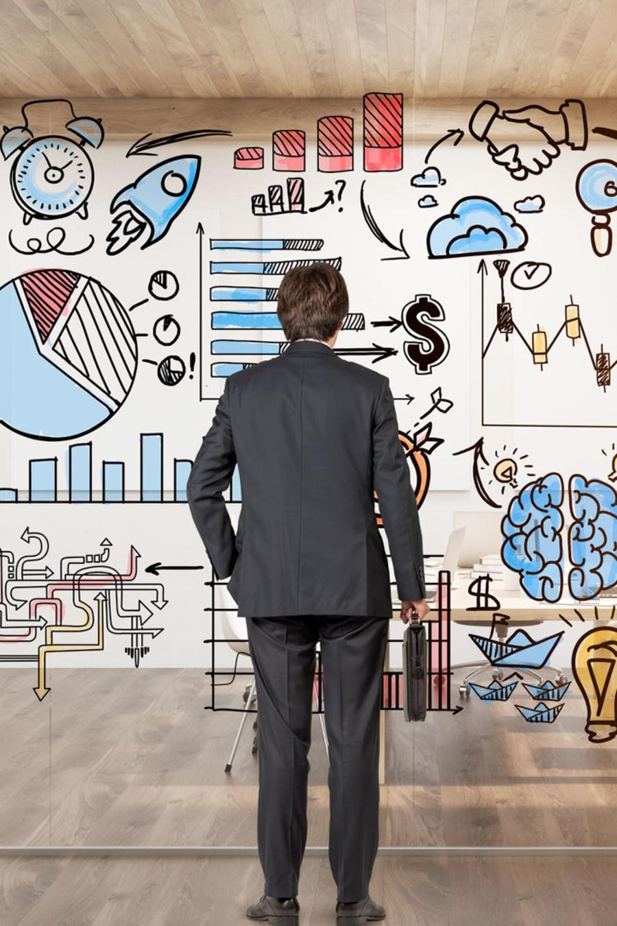 Hombre ejecutivo considerando ideas