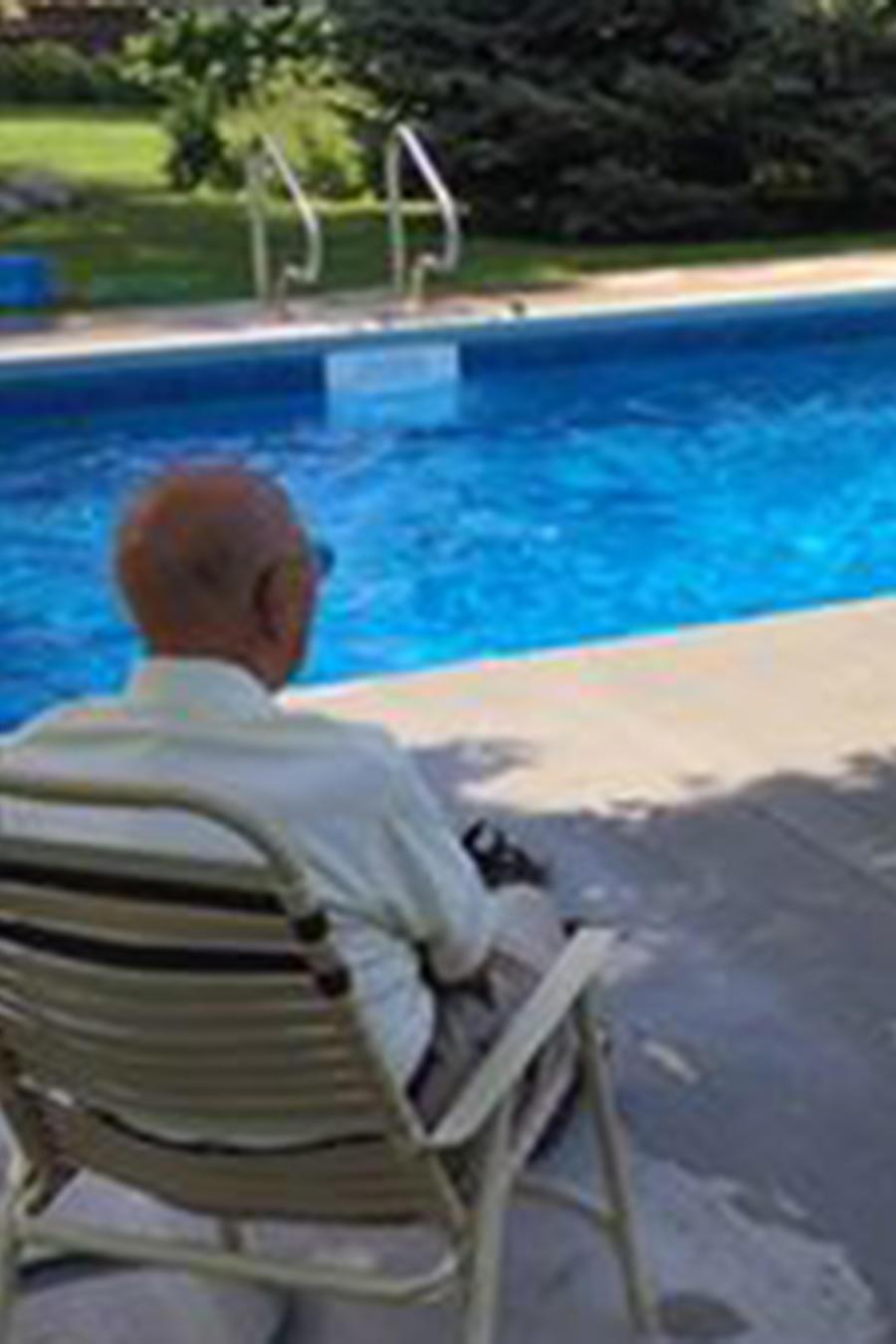 Juez jubilado construye alberca para vecinos.