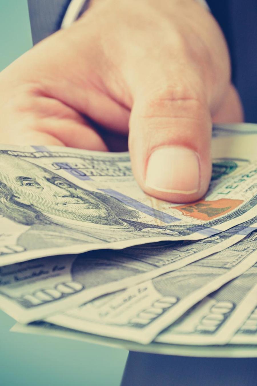 Hombre con dólares en la mano