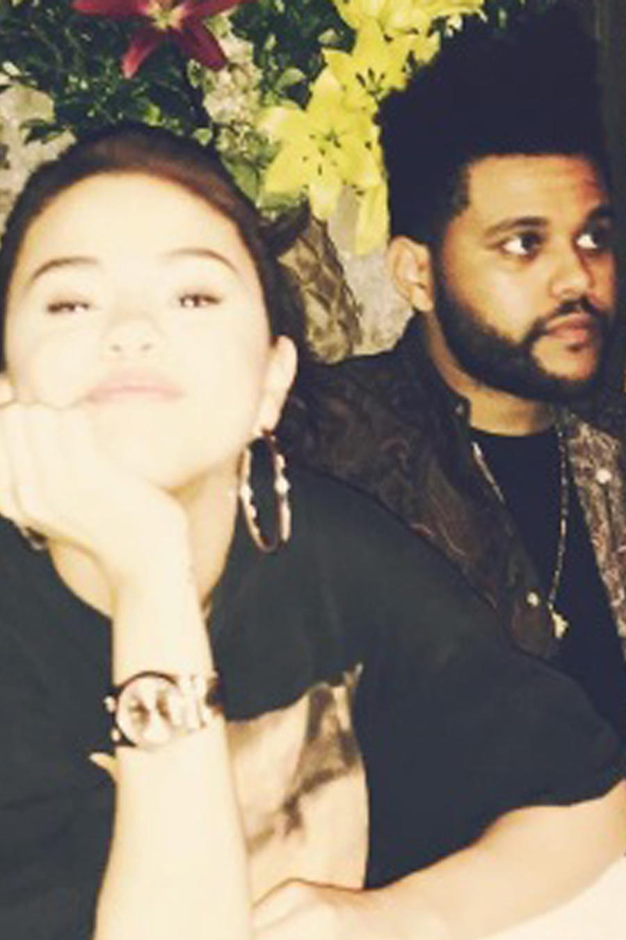 Selena Gomez y The Weeknd sentados