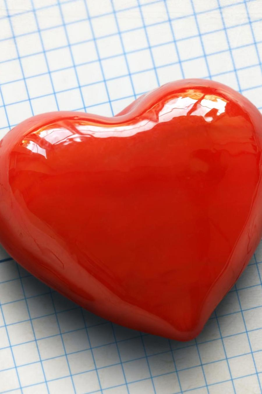Corazón sobre electrocardiograma