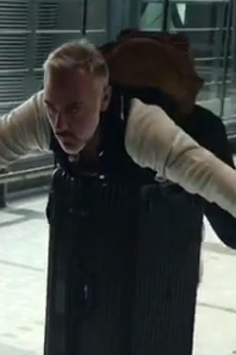 Gianluca Vacchi se pone juguetón en el aeropuerto