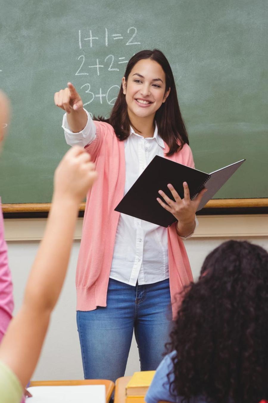 Maestra dando clase
