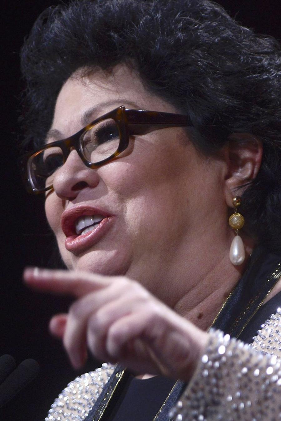 La jueza Sonia Sotomayor con un micrófono