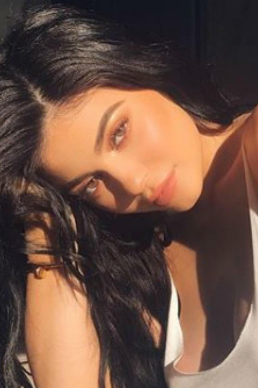 Kylie Jenner posando sin sostén