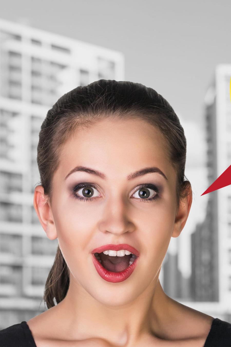 Mujer joven hablando en español
