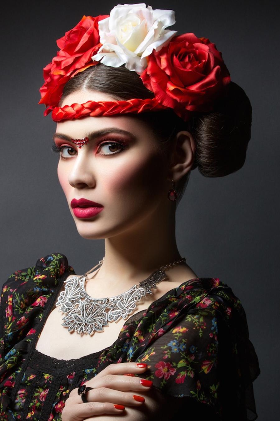 Mujer vestida como Frida Kahlo