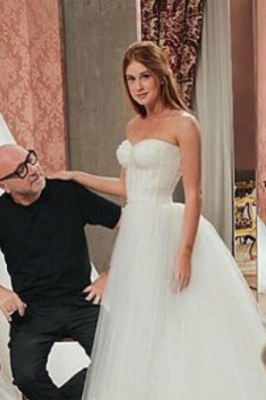 Novia posando en un vestido