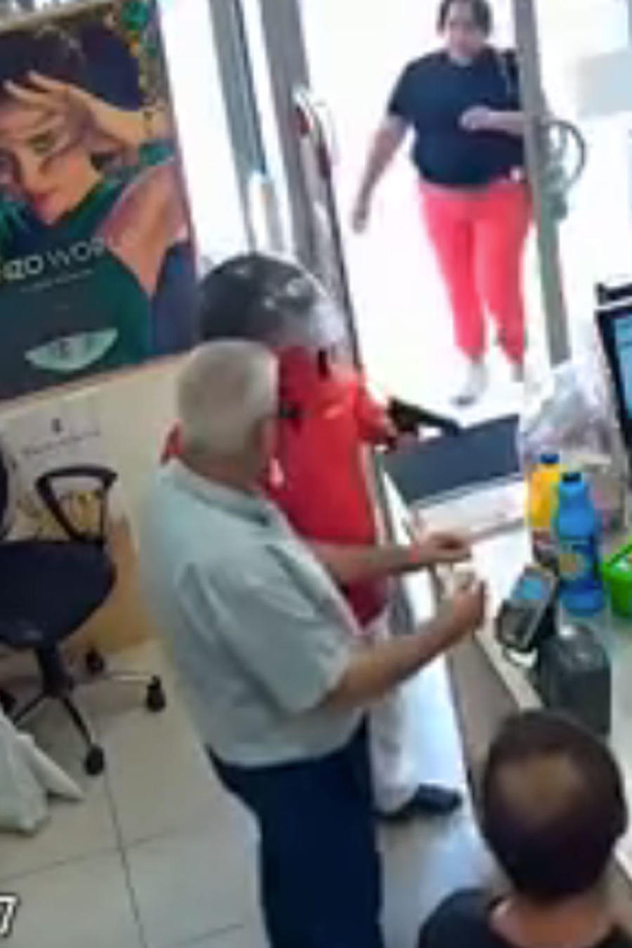 Una mujer evita un atraco con pistola golpeando al ladrón con su bolso (VIDEO)