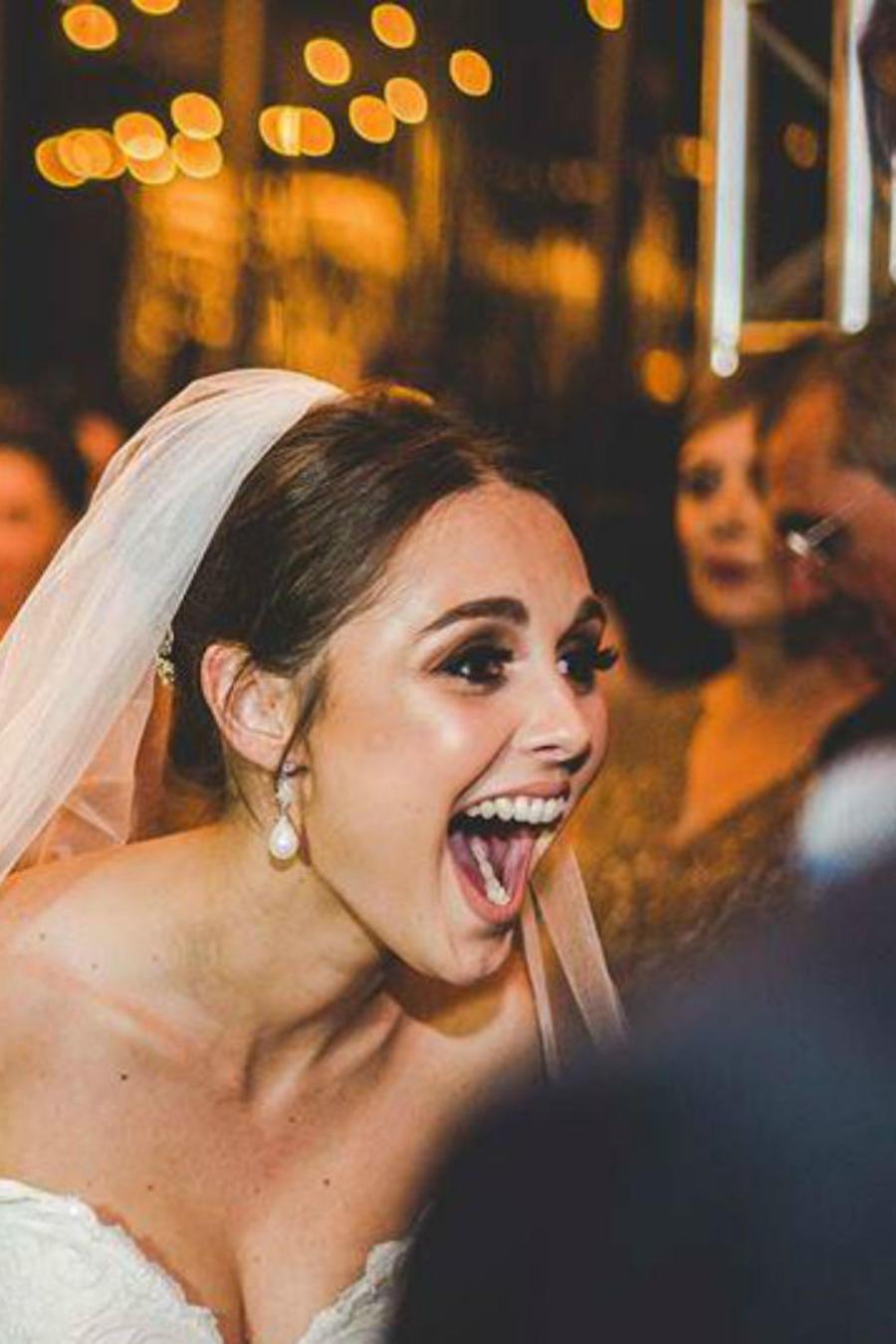Novia emocionada en su boda