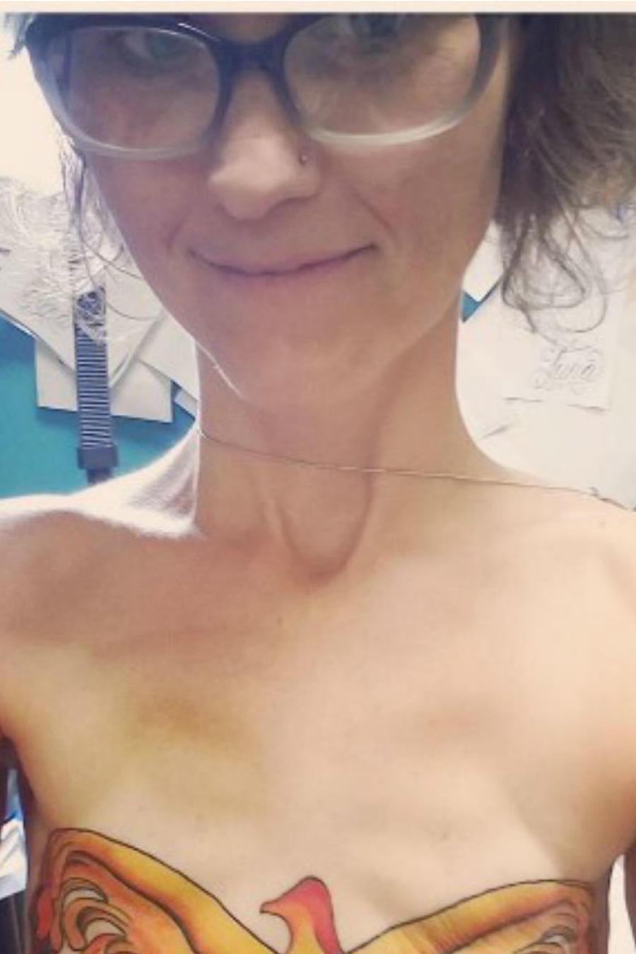 Mujer con tatuaje de Wonder Woman