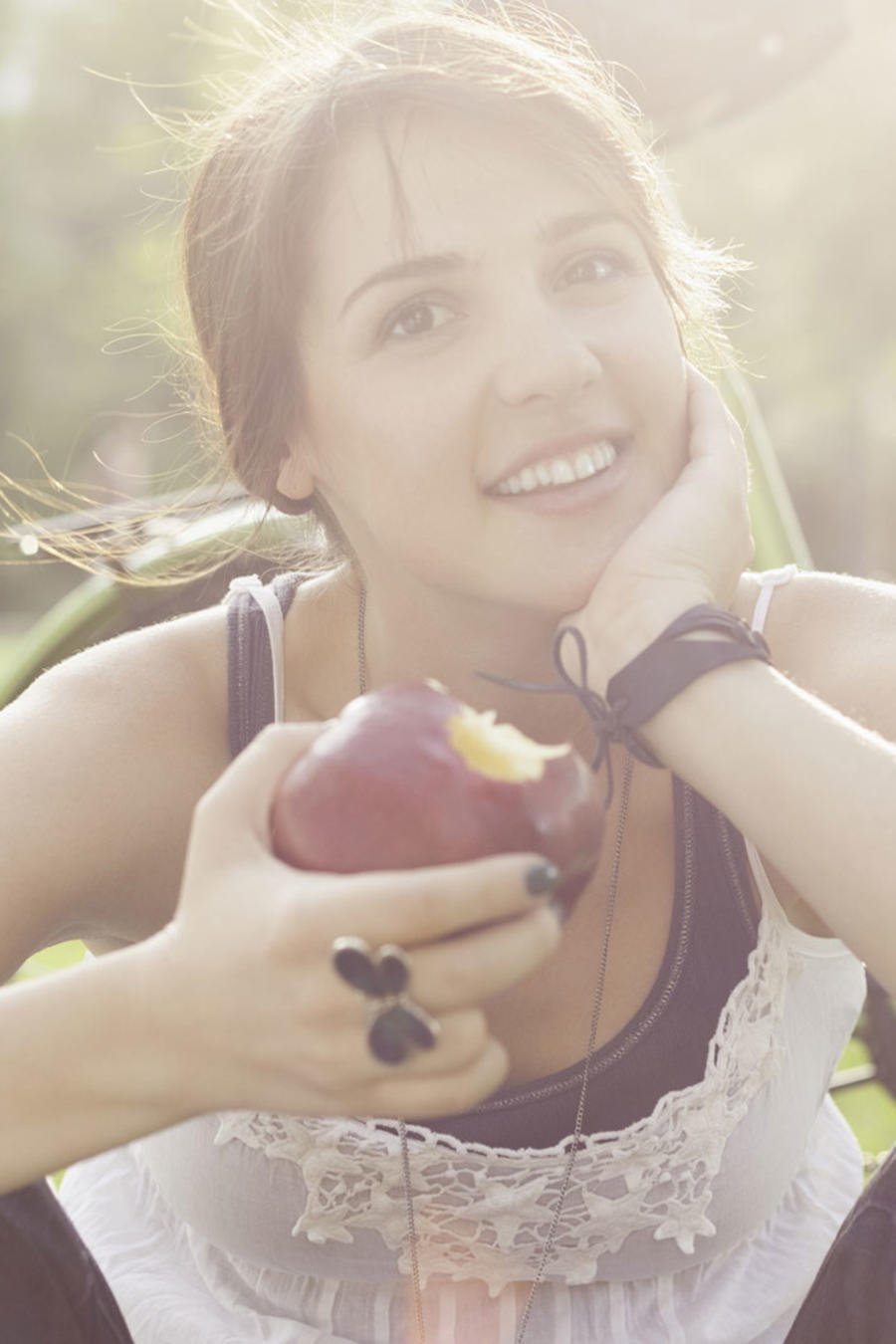 Mujer comiendo una manazana al aire libre