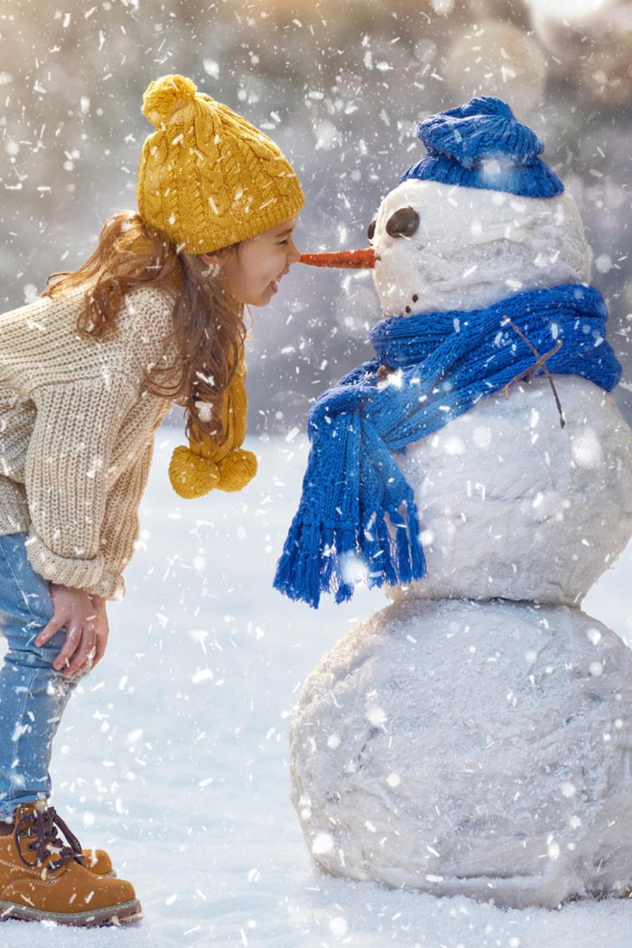 Niña con muñeco de nieve