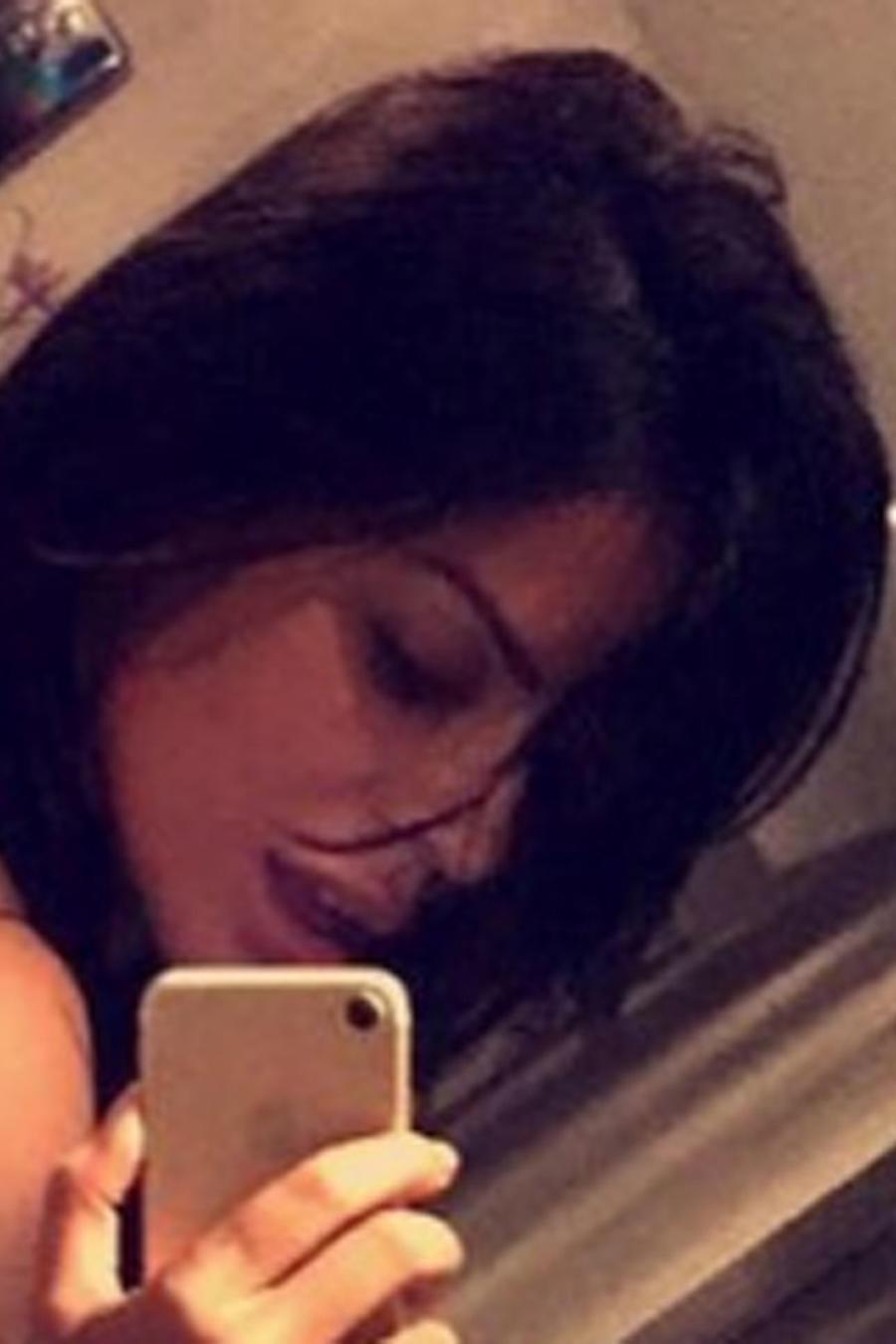 Suzy Cortez tomándose selfie