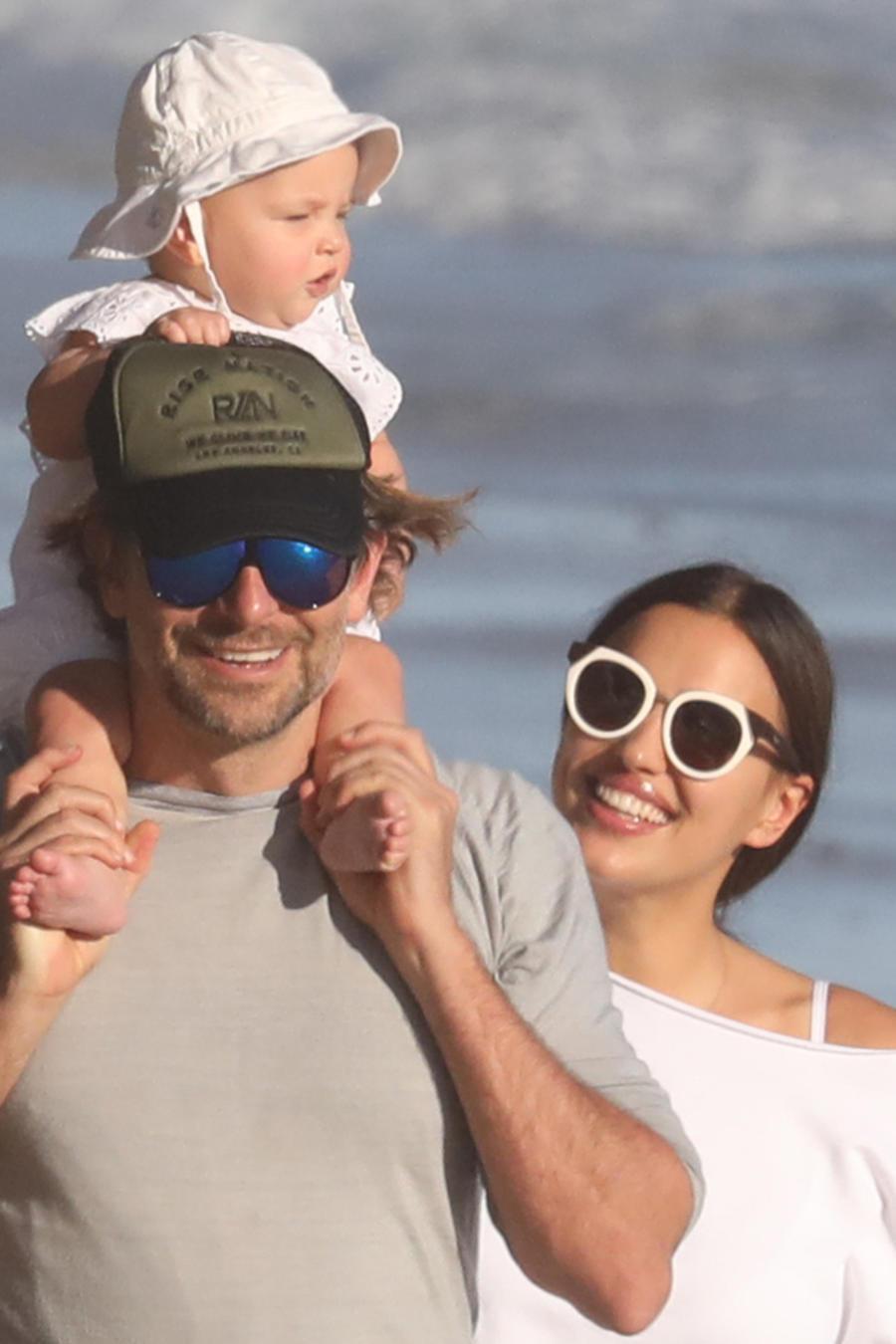 Bradley Cooper cargando a su hija en los hombros