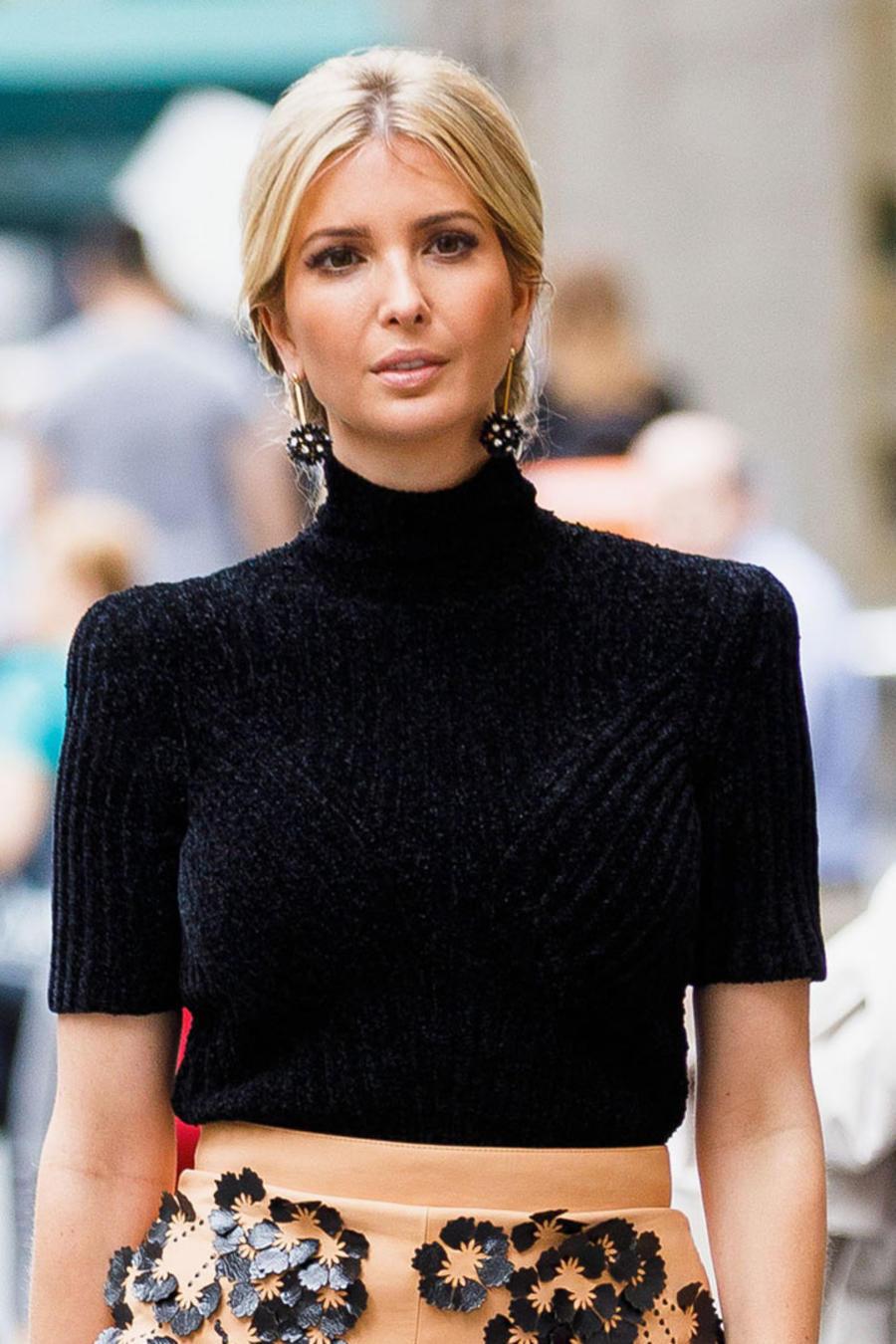 Ivanka Trump con suéter negro