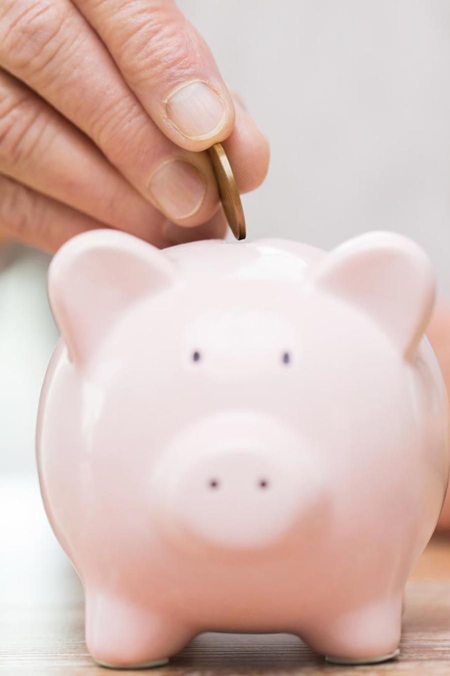 Anciana ahorrando dinero