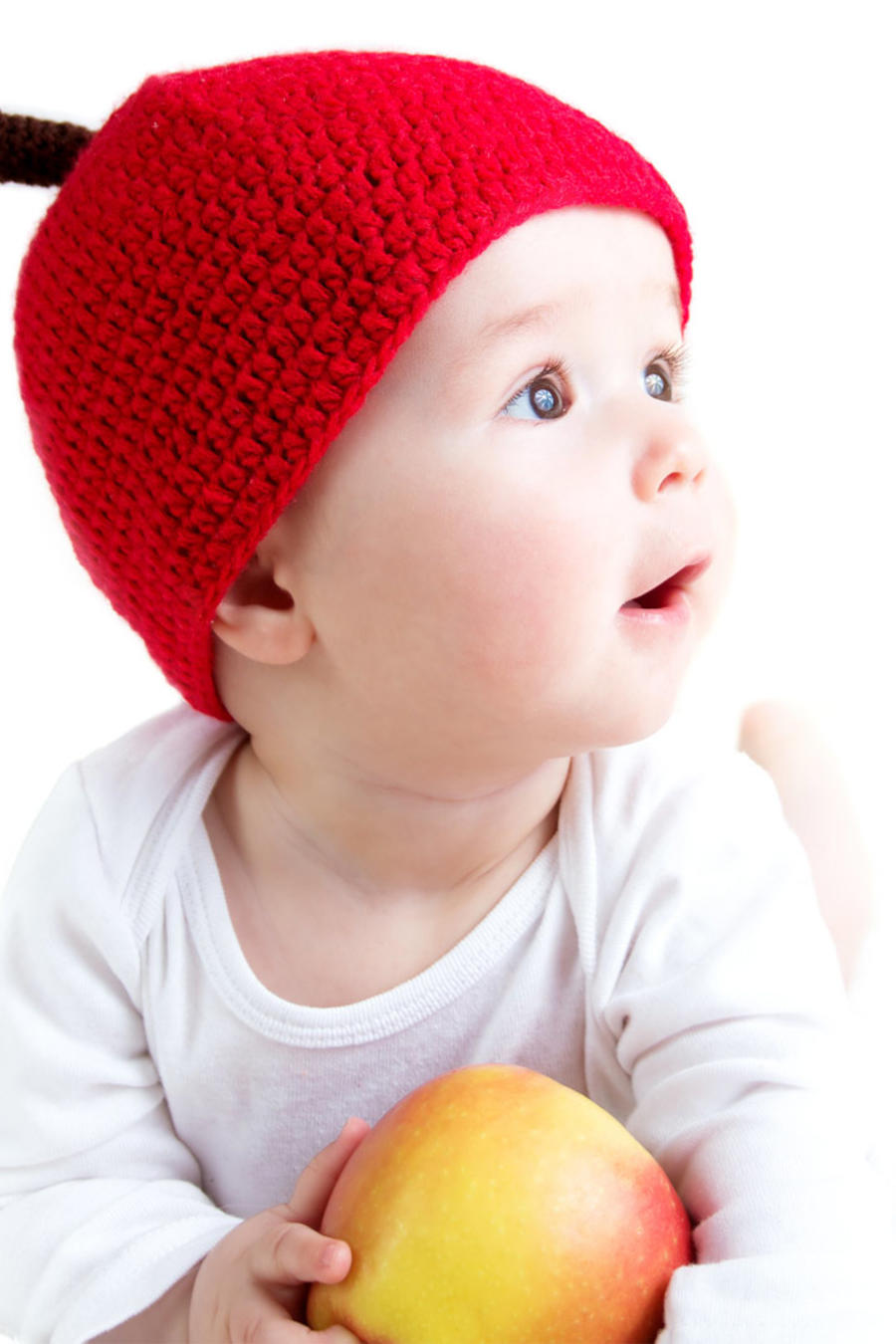Bebé con un gorro rojo tejido