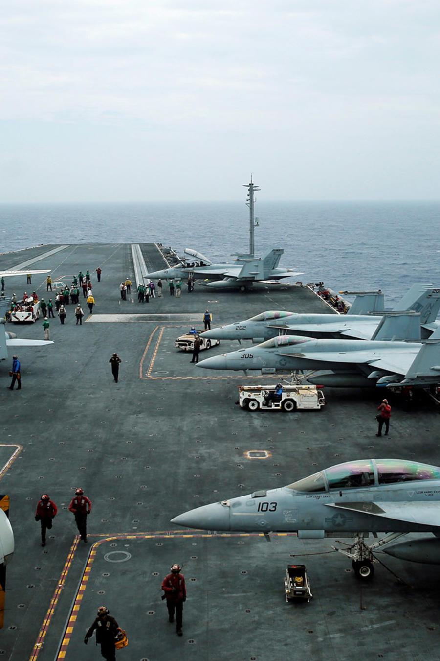 Aviones F18 y E-2D Hawkeye son vistos en el portaviones John C. Stennis durante una operación militar conjunta llamada Malabar entre Japón, Estados Unidos e India.