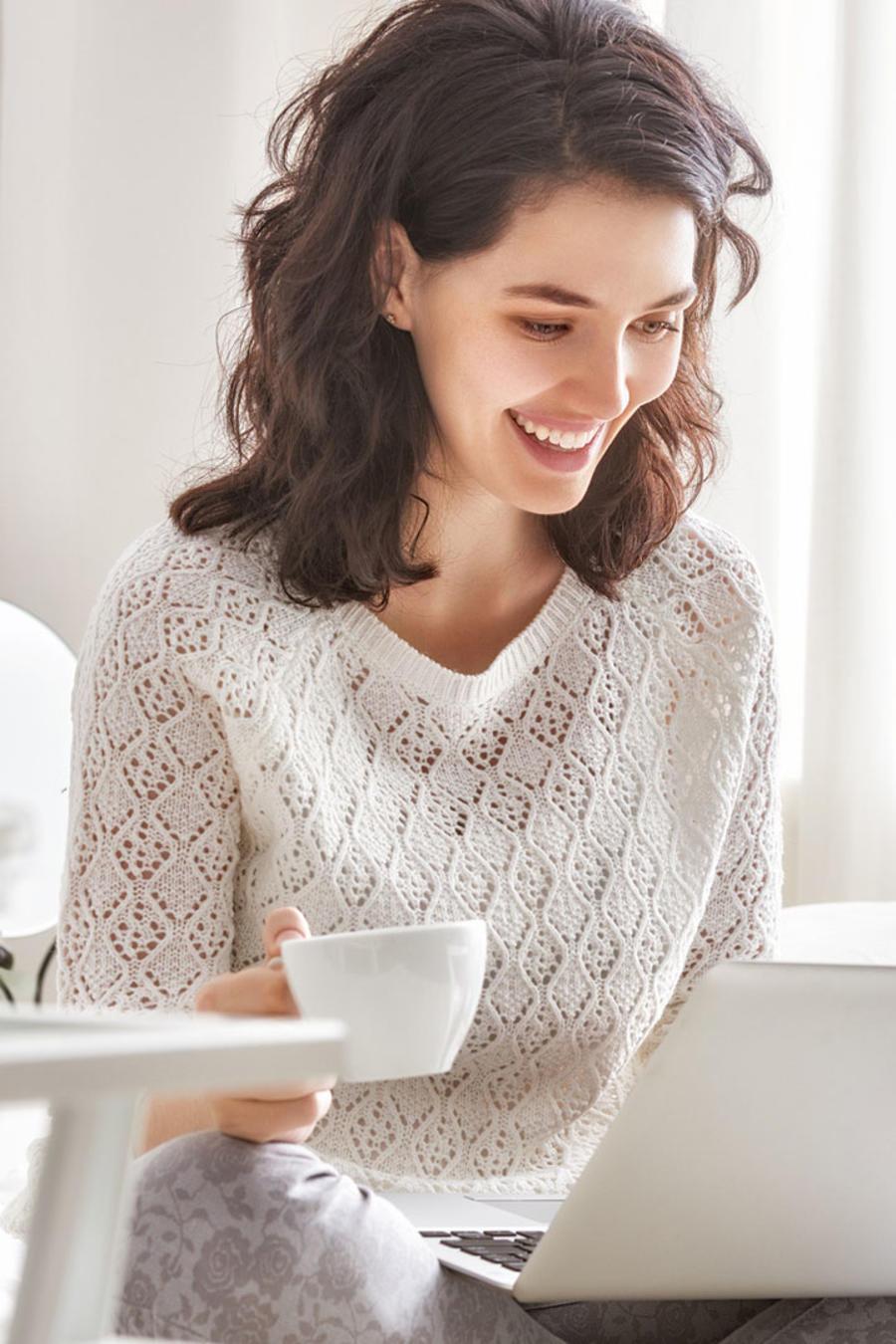 Mujer joven trabajando con su laptop