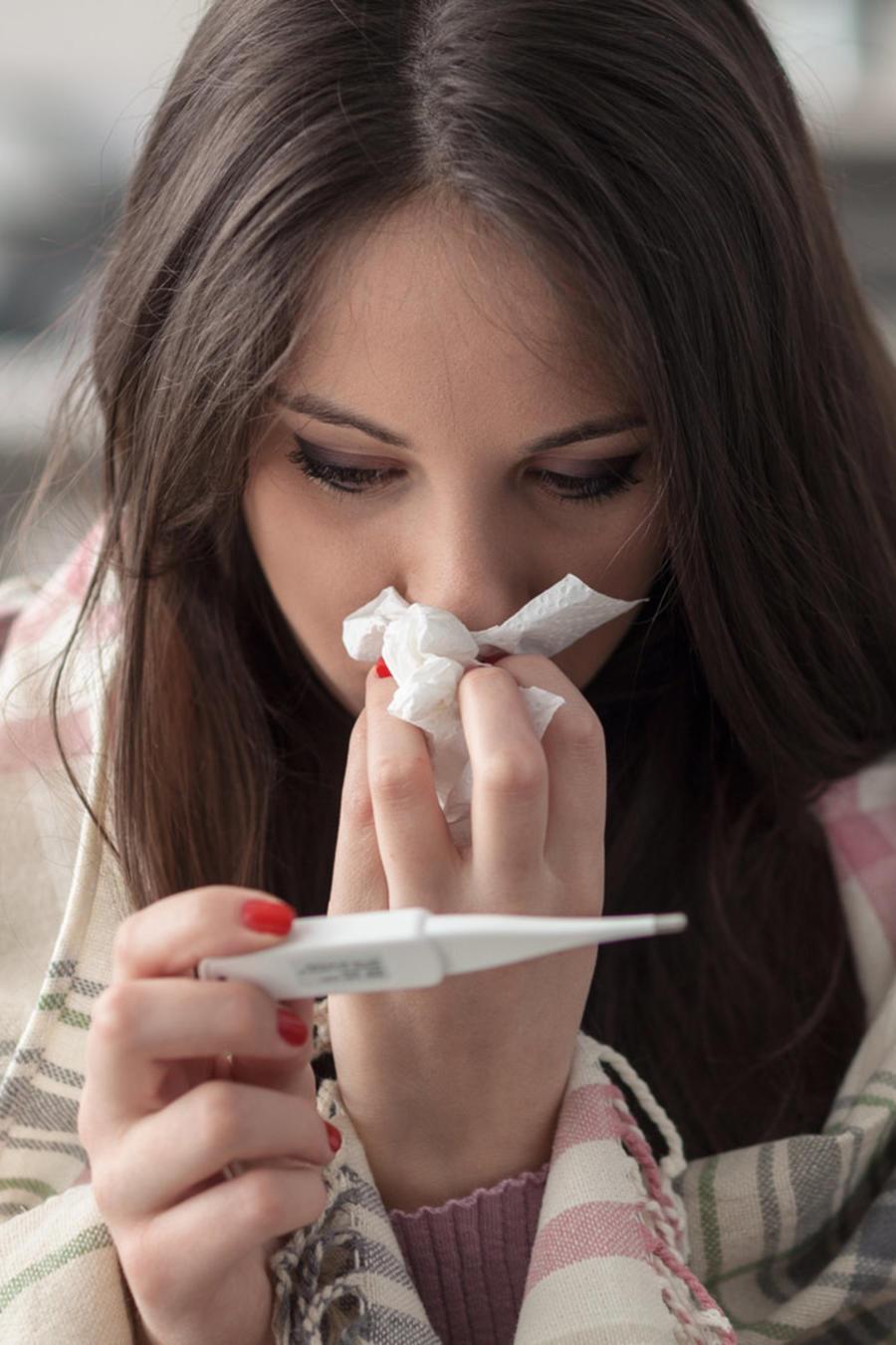 Mujer enferma con fiebre