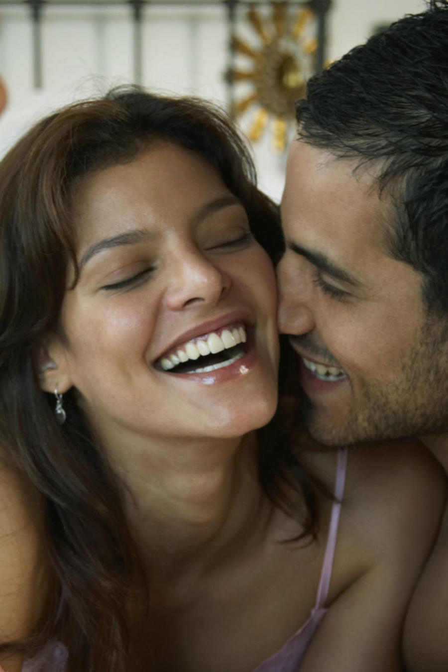 Hombre besando a una mujer en la mejilla