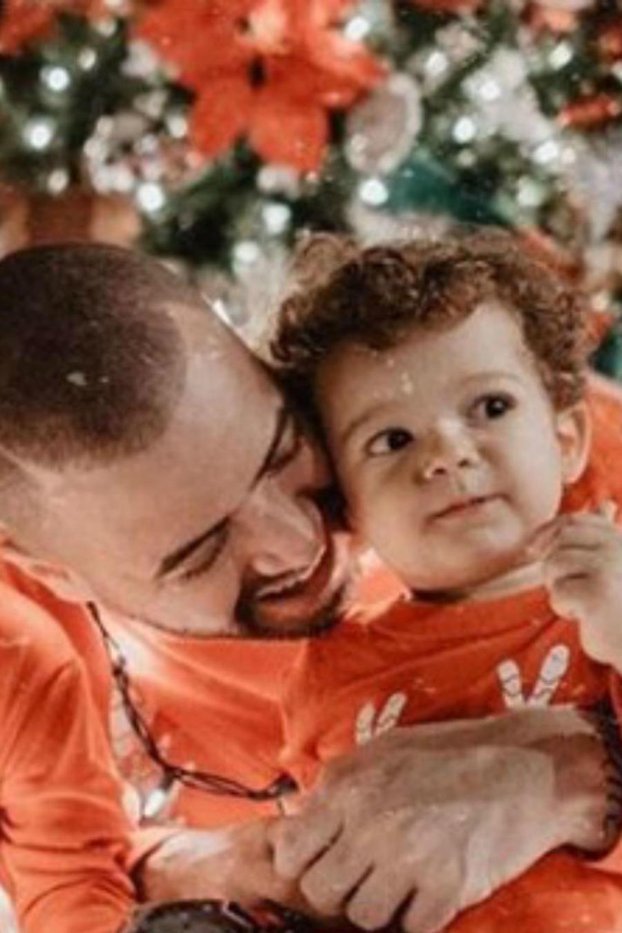 Nacho con su familia en mood Navideño
