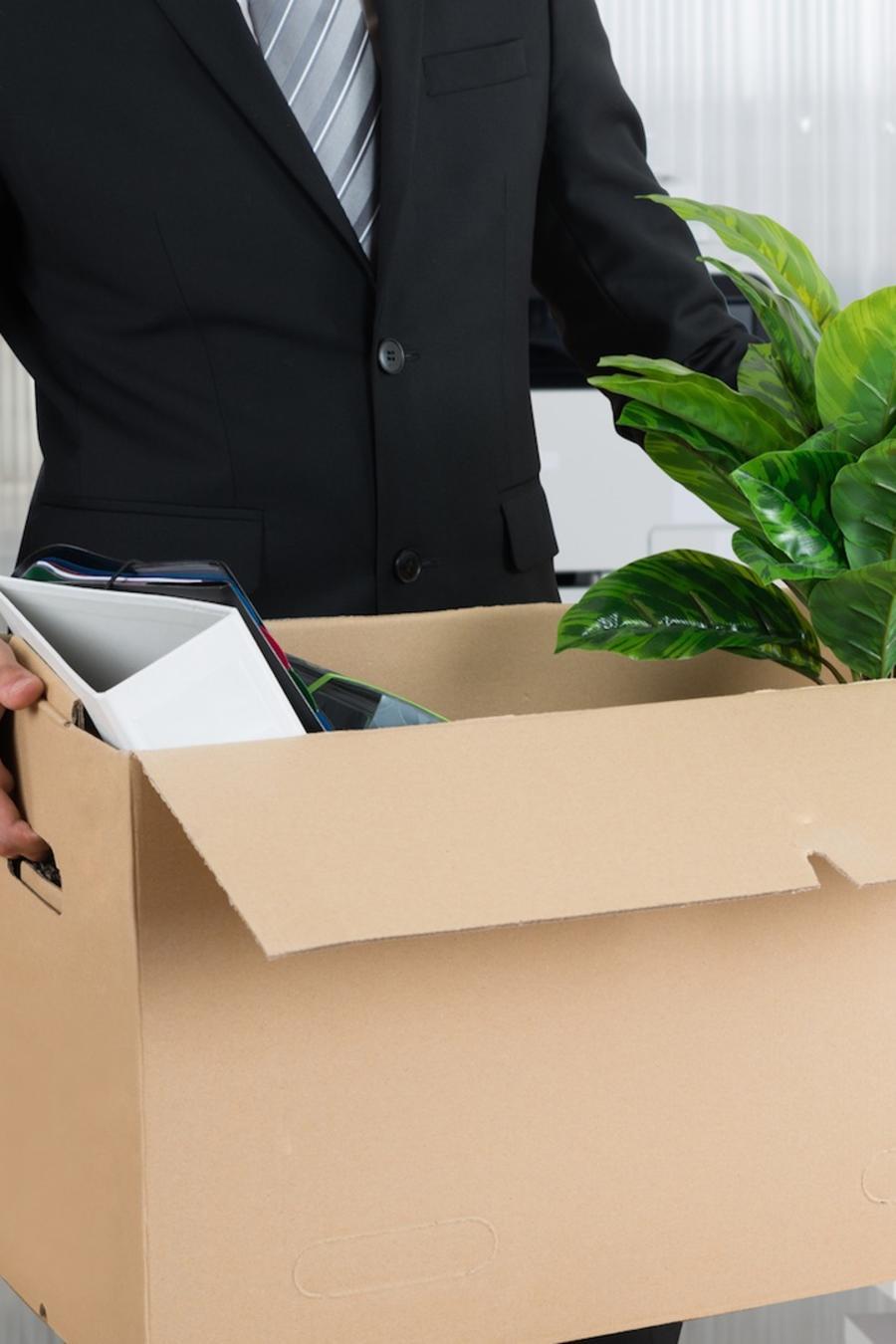 Hombre con sus pertenencias en una caja