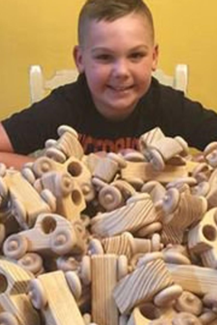 Zander Hite fabricando juguetes
