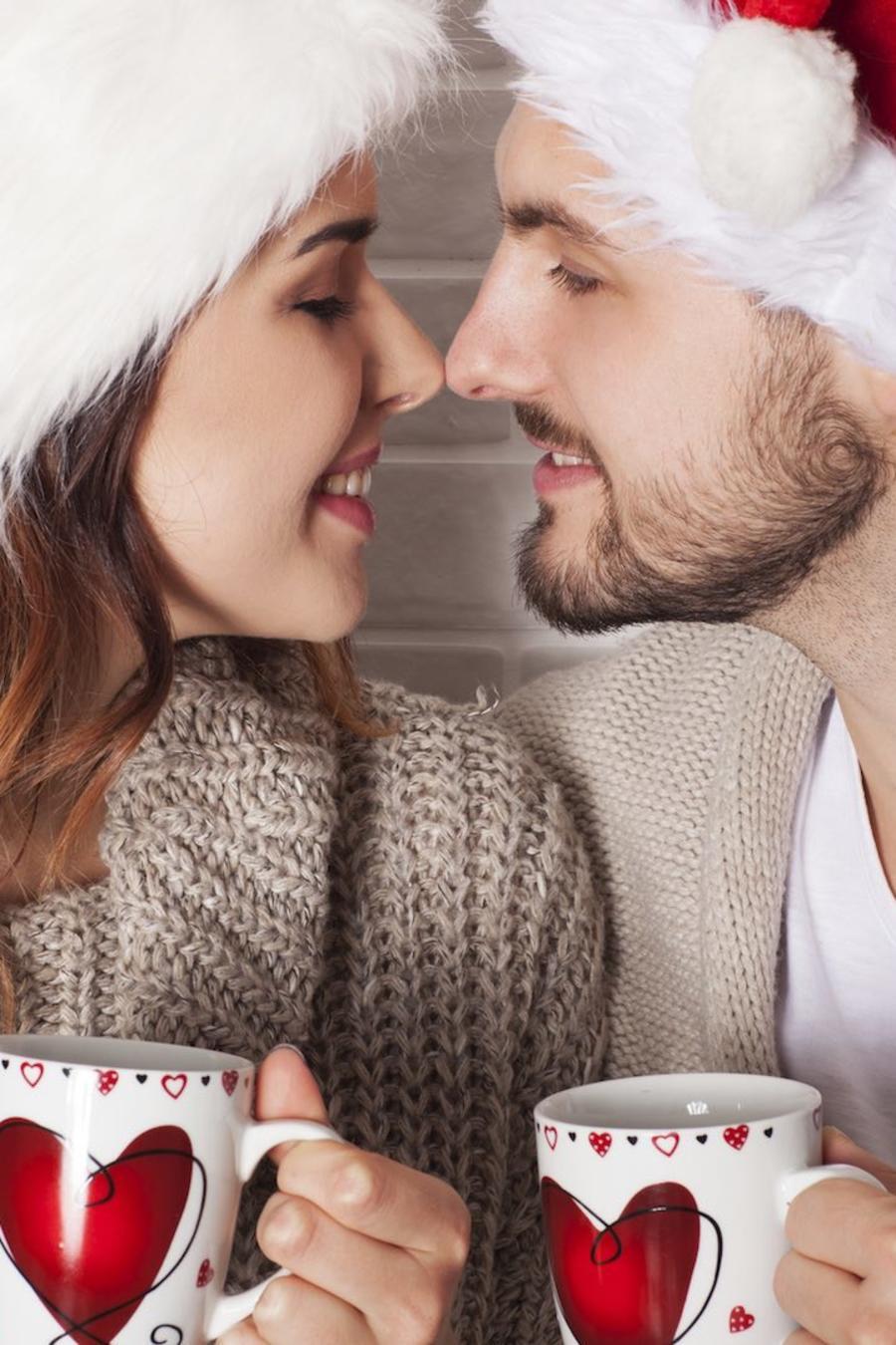 Pareja enamorada con gorros de Navidad
