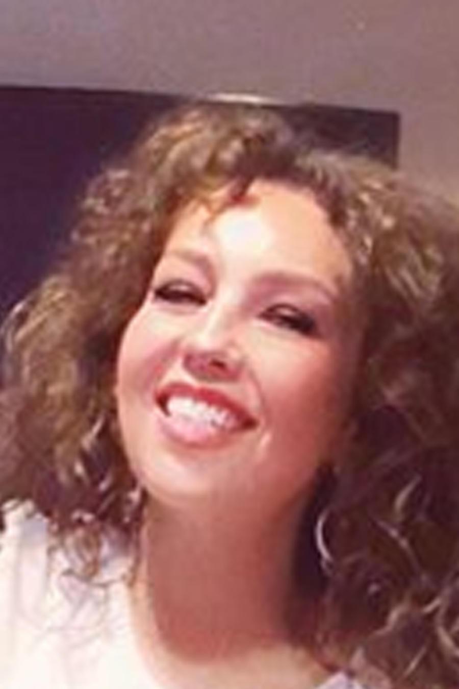Thalía sonriendo junto a Tommy Mottola