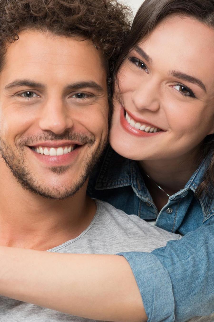 Hombre y mujer sonriendo